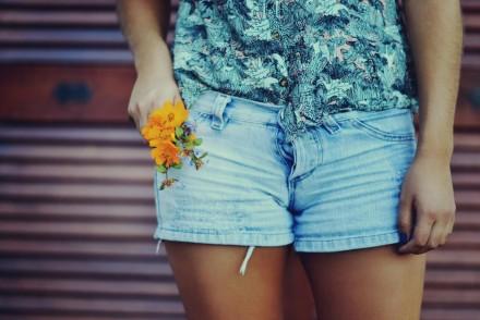 6931643-girl-shorts-flowers-photo